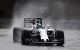 Massa a kivezető körén törte össze az autóját